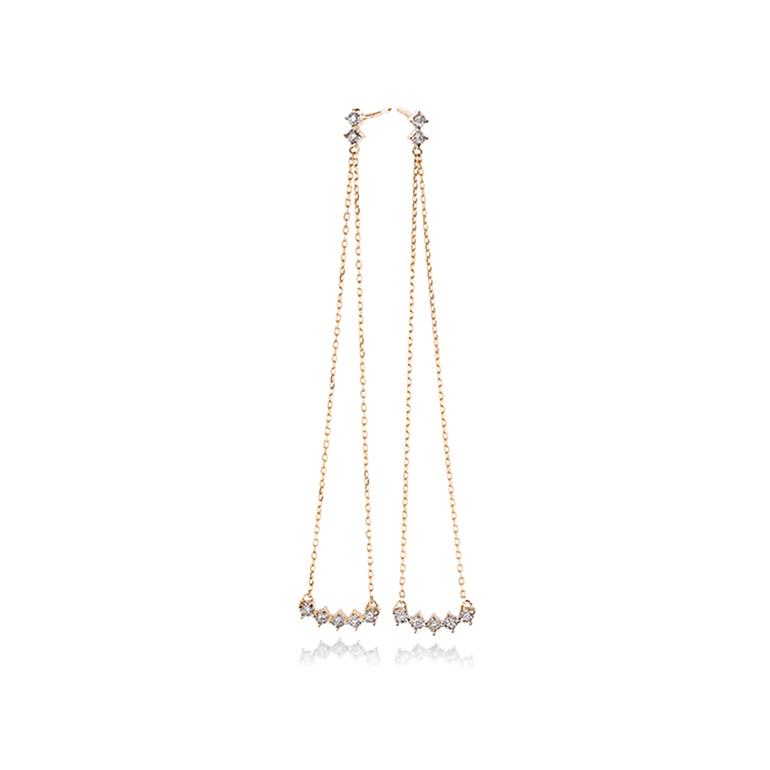 揺れる度にきらめくロングダイヤモンドピアス。フェイスラインまで長さがあるので揺れる度にキラキラと輝きます。