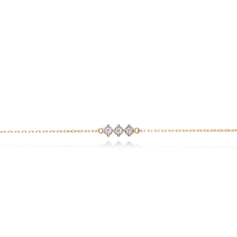華奢なチェーンに輝きの強いダイヤモンドが3ピースあしらったオシャレなブレスレット。