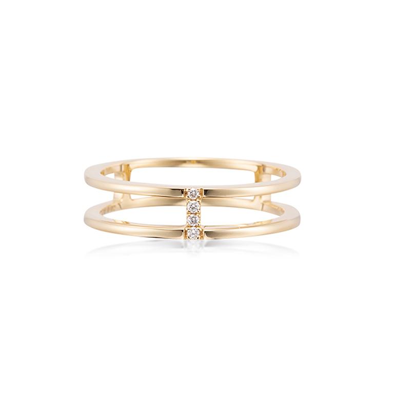 洗礼されたデザインのモダンジュエリ―。まるで2本の指輪を重ね付けしたような存在感。