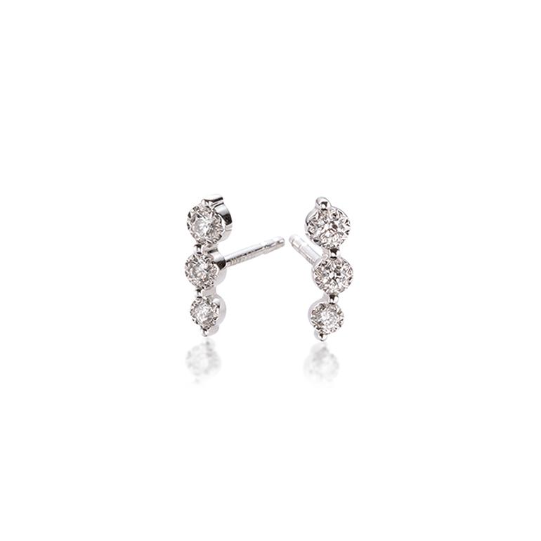 3石のダイヤモンドが優雅なイメージを与えます。周りと差がつくデザイン。