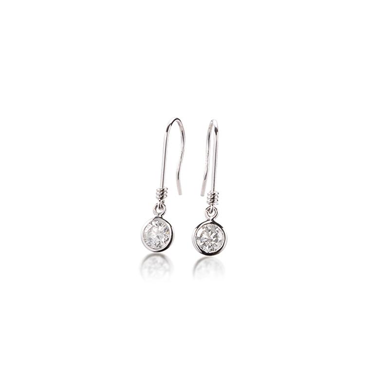 ダイヤモンドをプラチナで取り巻いた存在感のあるぶら下がりピアス。耳元で輝きます。