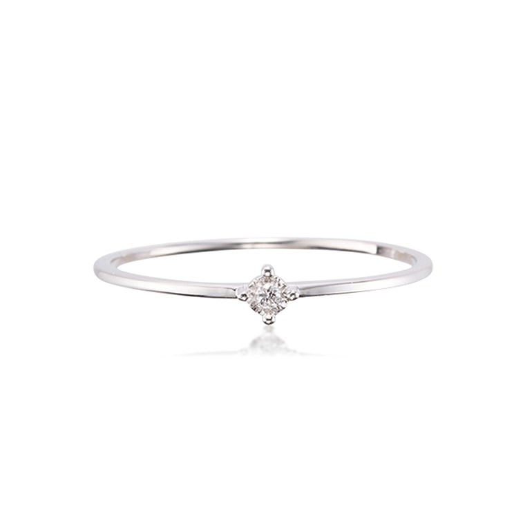 4本爪のシンプルで美しいダイヤモンドリング。華奢なお作りなので重ね付けにもおすすめです。