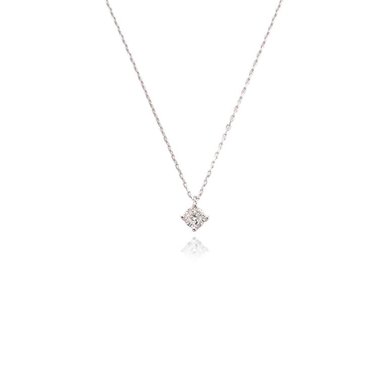 4本留めのシンプルで華奢なダイヤモンドネックレス。重ね付けもおすすめです。