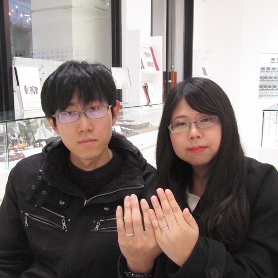 完成したばかりの結婚指輪をはめてお二人の記念写真を撮らせていただきました。