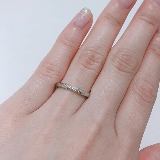 指馴染みの良いS字ラインの結婚指輪。ゴールドが入ることでより華やかな印象になります。