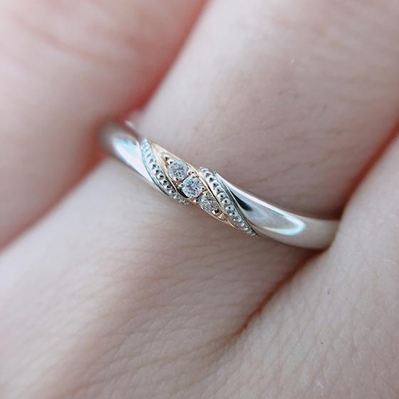 3石あしらったダイヤモンドのサイドにミル打ちが施されたアンティーク感漂うデザインの結婚指輪です。