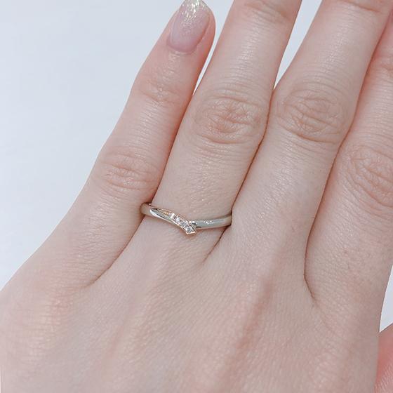 片側だけ入ったダイヤモンドが派手過ぎず身に着けやすいデザインとなっています。