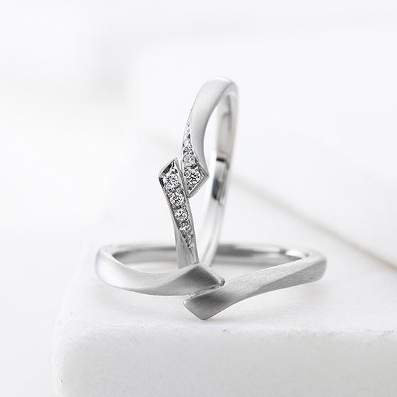 着物の帯の様な重なりあうデザインが美しい結婚指輪。