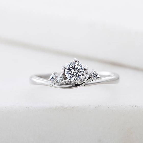 アームの上にダイヤが乗っかっているようなデザインで、まるで土の中から蕾が芽を出したようなイメージ。