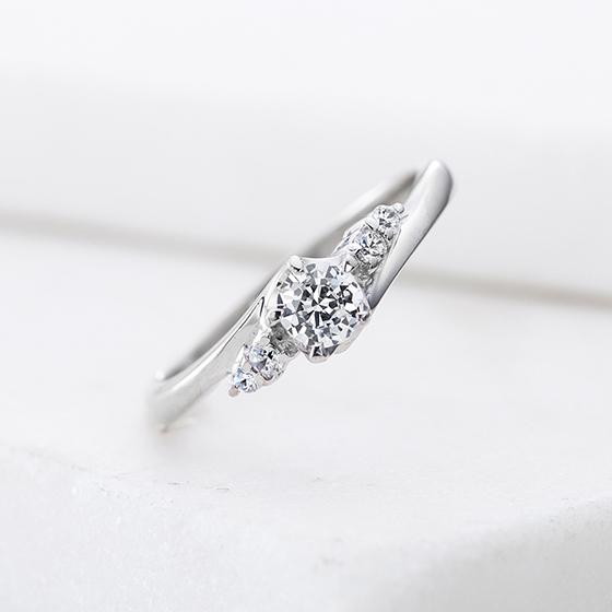 ダイヤがあることで交わっていますが、実はアームの先端同氏は離れているデザイン。指をきれいに見せてくれる効果があります。