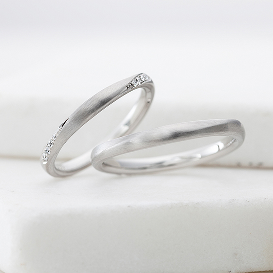 シンプルに見えて、実はlady'sにはねじったサイドにメレダイヤが流れるように添えられた結婚指輪。