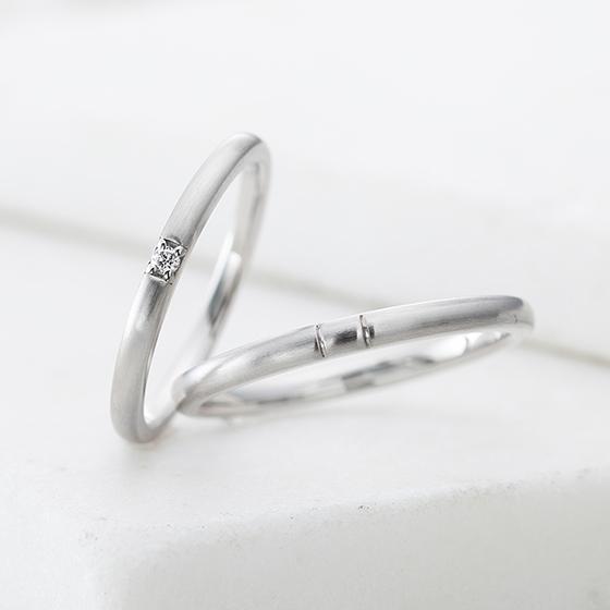 真っすぐシンプルなデザイン。シンプルな分、中心のダイヤが目立ちます。