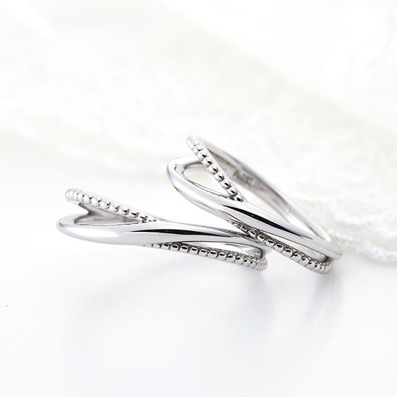 存在感のある透かしタイプの結婚指輪。ミル打ちには「幸福」「子宝」などの意味があります。