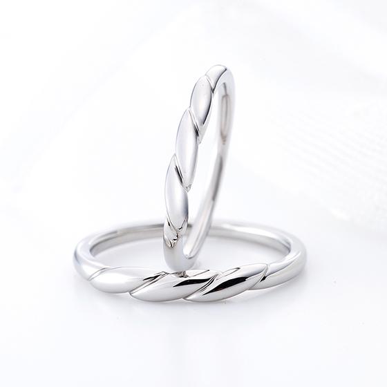 1本のロープがお二人の絆を結び付けてくれそうな個性的な結婚指輪。シンプルが良いけれど、個性を光らせたいという方におすすめです。