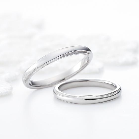 men'sとlady'sがお揃いのペア感溢れるシンプルなデザインの結婚指輪。結婚指輪らしさを出したい方におすすめです。