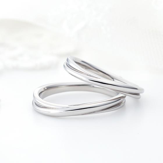 さりげなくクロスしているデザインは存在感もあり長く愛されるデザインの結婚指輪です。