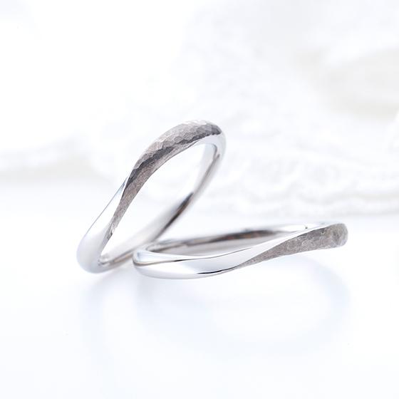 お指輪をきれいに見せてくれるSライン。半分ハンマー打ちになっていることでぬくもりのある優しい印象に。