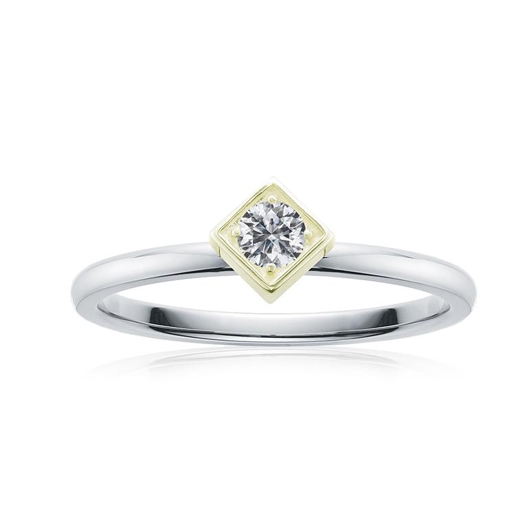 スクエアなイエローゴールドの台座に一粒ダイヤモンドがシンプルに輝くプロポーズリング