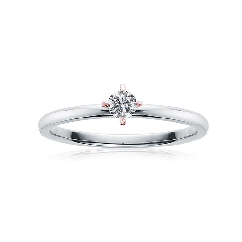 シンプルな0.1ctダイヤモンド4本爪の婚約指輪。ピンクゴールドのツメが個性的でオシャレ。