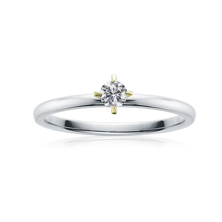 キレイな0.1ctのダイヤモンドをシンプルな4本爪で留めた婚約指輪。爪がイエローゴールドで可愛い。