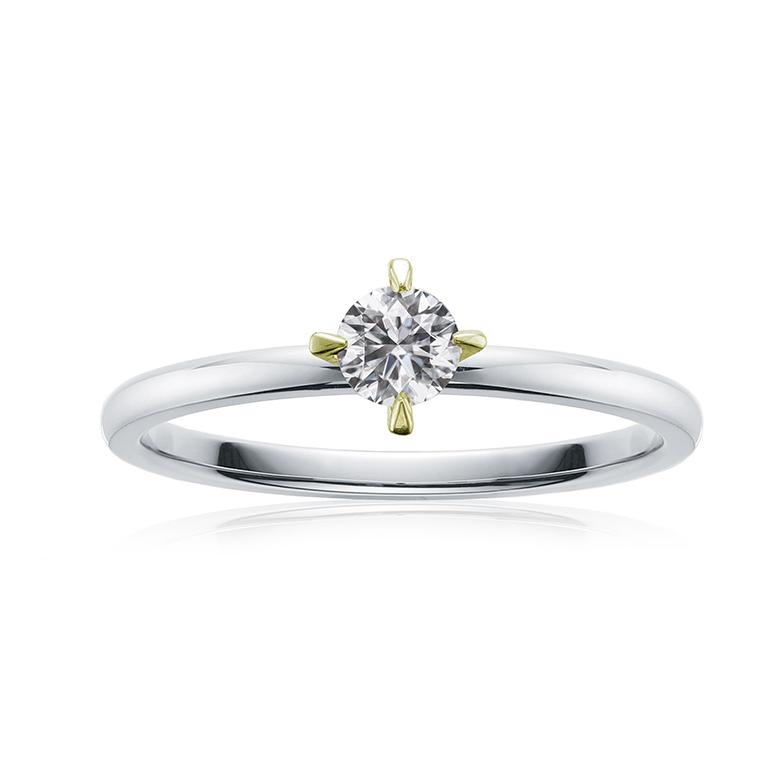 シンプルな4本爪の婚約指輪。イエローゴールドのツメが個性的で可愛いです。