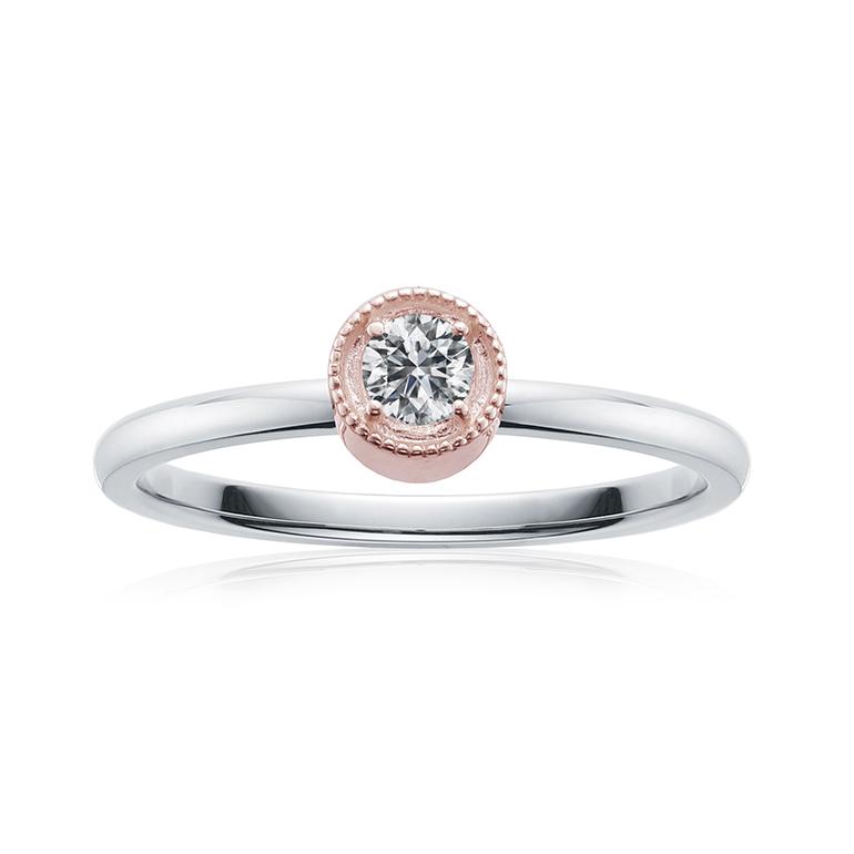 ダイヤモンドの周りを繊細なミル打ちが施されたピンクゴールドの台座のプロポーズリング