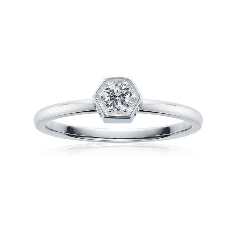 シルバーでまとまったシンプルで清純派な婚約指輪。ずっとつけられる長年愛されるデザインです。