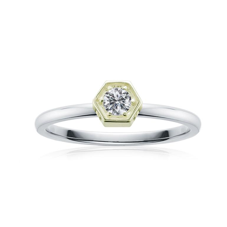 ダイヤの爪がゴールドで、上品さがある婚約指輪。ちょっと変わった形で人と差がつく☆