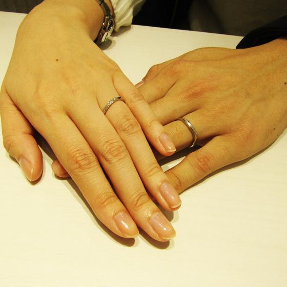>指がお綺麗なふたりにぴったりなナナメラインの入ったリングをお選び頂きました。