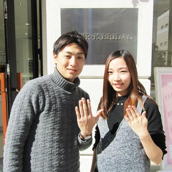 >当店の看板の前で記念撮影を頂きました♪指輪も気に入って頂けたようで嬉しいです♡