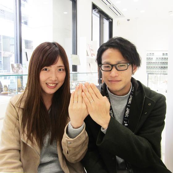 できたばかりのご結婚指輪をはめて記念撮影♪とってもお似合いです。