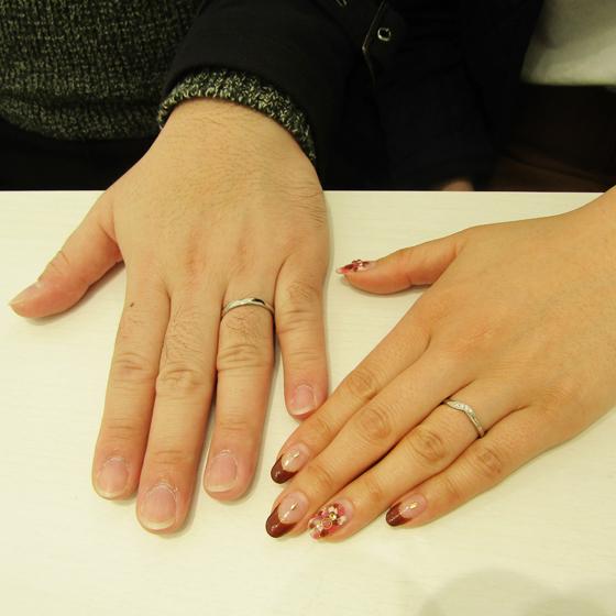 >できたばかりのお二人の指輪を一緒にはめて頂き記念撮影!