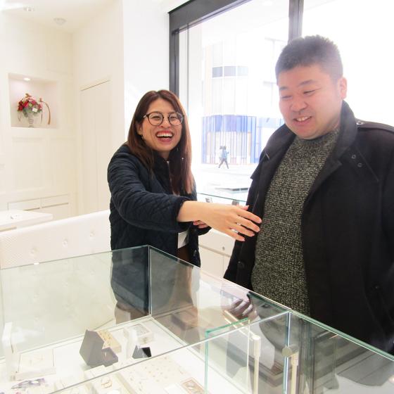 >指輪選び中もずっとニコニコのお二人!こちらまで笑顔になります♡