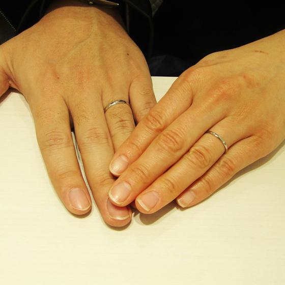 >選ばれた指輪もお二人のお指にピッタリ!