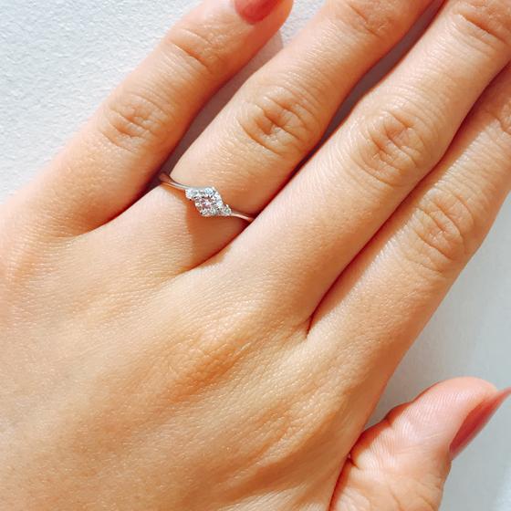 交差するアームはとっても着けやすい!シンプルなデザインなので飽きの来ない素敵な婚約指輪です。