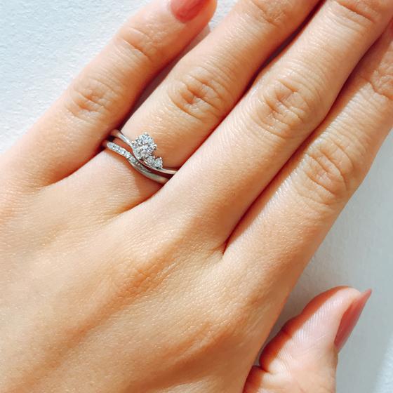 結婚指輪・婚約指輪共に緩やかに流れるような優しい気持ちになれるリング♡