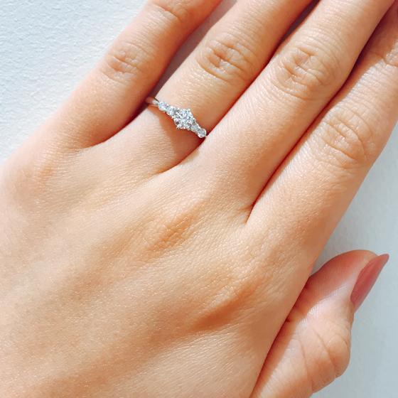 メレダイヤがグラデーションのように見え、納まりのよいゴージャスな婚約指輪♡