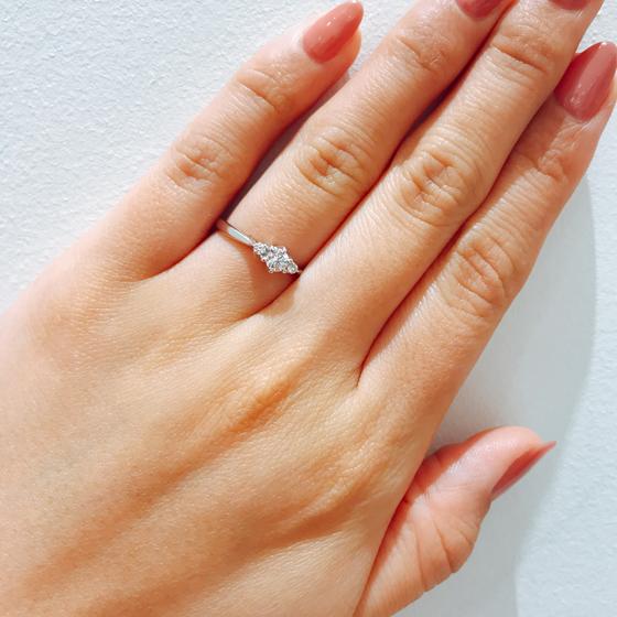 人気の両サイドにメレダイヤが施されたシンプルだけど華やかさも忘れない♡そんな贅沢な婚約指輪です。