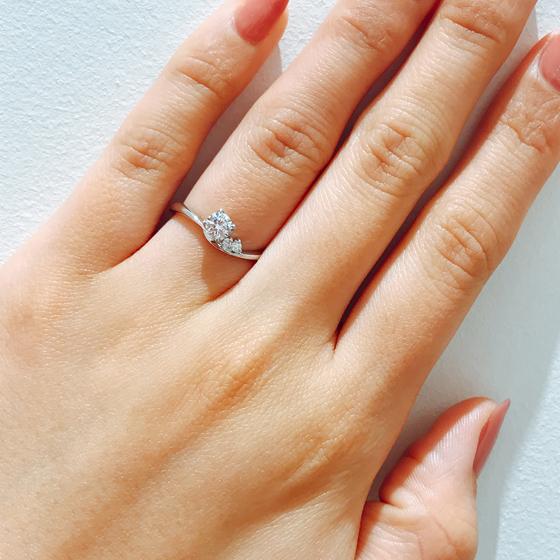 流れるようなデザインとグラデーションのように片方だけメレダイヤが施され1つで充分満足な婚約指輪です。