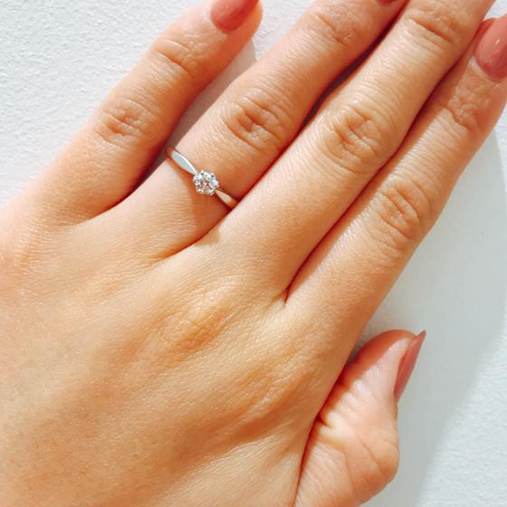 王道なシンプルデザイン。サイドにダイヤがついていないデザインなので中心のダイヤモンドがキラッと目立ちます☆