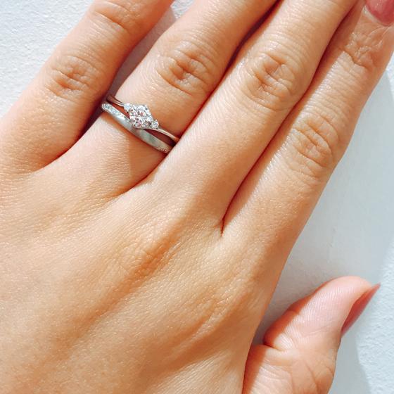 一見シンプルですがサイドにダイヤが施されているのでつい指を動かしたくなってしまいます♪