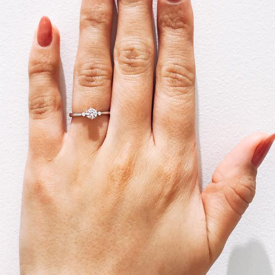 サイドのメレダイヤが可愛らしい個性の出るお洒落な婚約指輪です。
