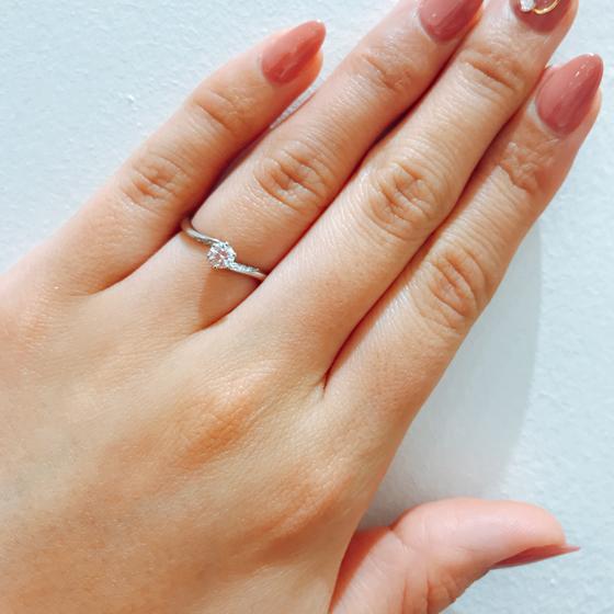 動きのあるデザインが人気です。S字カーブはお指にフィットしやすく付け心地最高です!