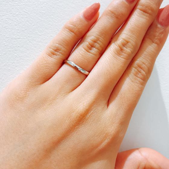 ゆるやかなS字ラインが指にフィット。さりげなくゴールド色が入っていてとってもお洒落です!