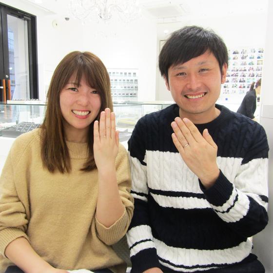 新品の指輪をはめて記念撮影!お二人の笑顔がまぶしいです☆