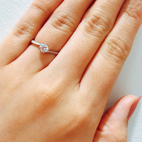 アーム自体は細いのですが、敷き詰められたダイヤがとっても素敵!キラキラがお好きな女性にぴったりです♡