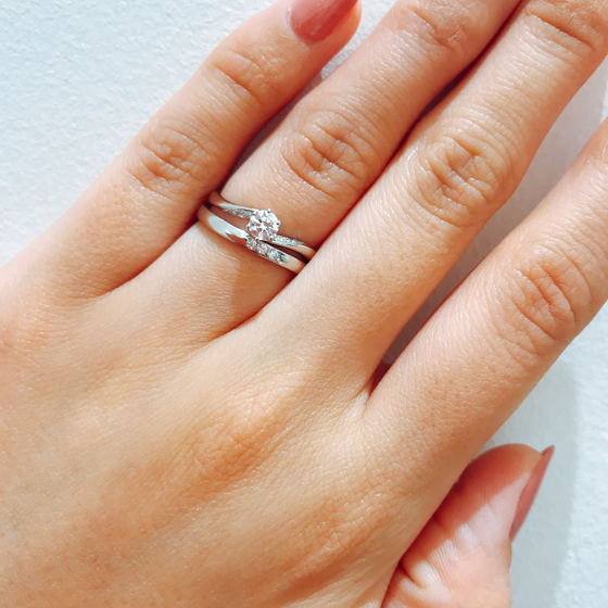 緩やかなS字の結婚指輪に、大胆なS字の婚約指輪♡流れるようなデザインが素敵なセットリング。