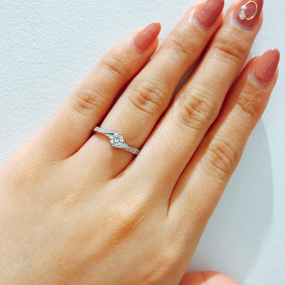 お指をきれいに見せてくれるSライン。両サイドに流れるようにダイヤモンドが輝く大人な印象の婚約指輪
