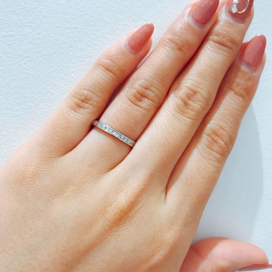 最高のカットのプリンセスカットダイヤモンドがキラキラと眩い光を放ちます。存在感抜群なマリッジリング。