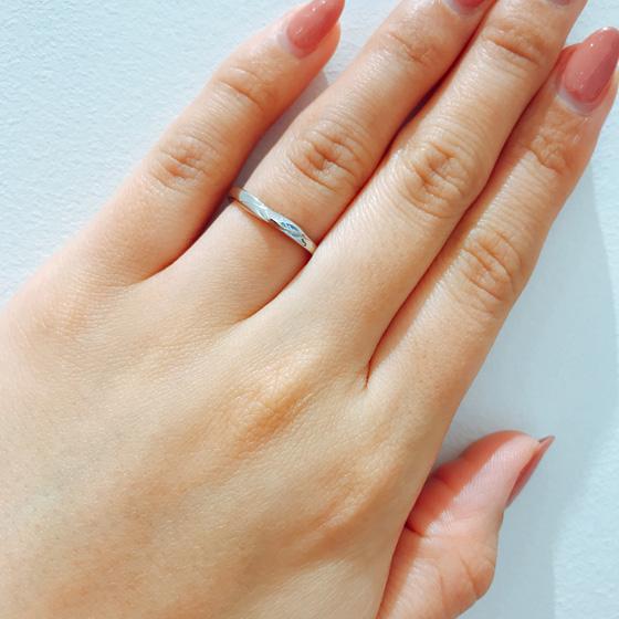 緩やかなSラインはお指をきれいに見せてくれるます。シンプルな結婚指輪をお探しの方におすすめ